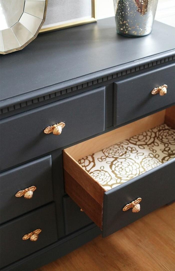 Alte-Möbel-aufpeppen-schwarzer-schrank-mit-goldenen-knöpfen-schublade-vase