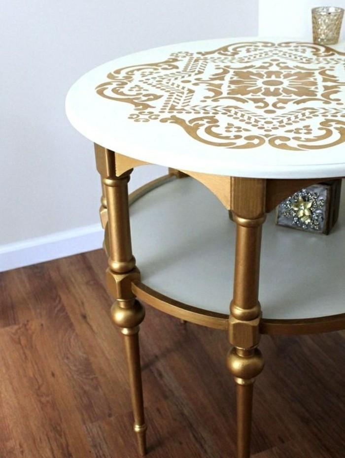 Alte-Möbel-aufpeppen-weißer-tisch-mit-goldenen-beinen-und-ornamenten-hölzerner-boden