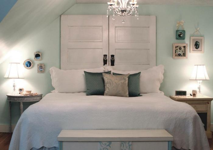 Alte-tür-deko-im-schlafzimmer-über-das-bett-zwei-nachtische-mit-lampen