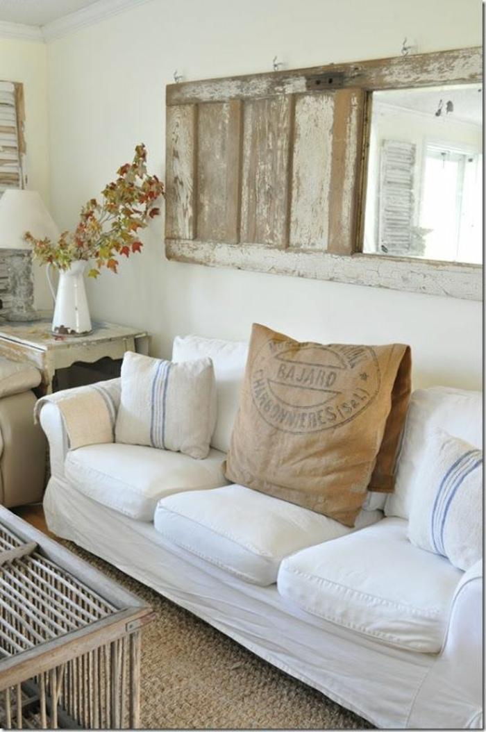 Alte-tür-deko-im-wohnzimmer-mit-spiegel-in-schabby-chic-stil