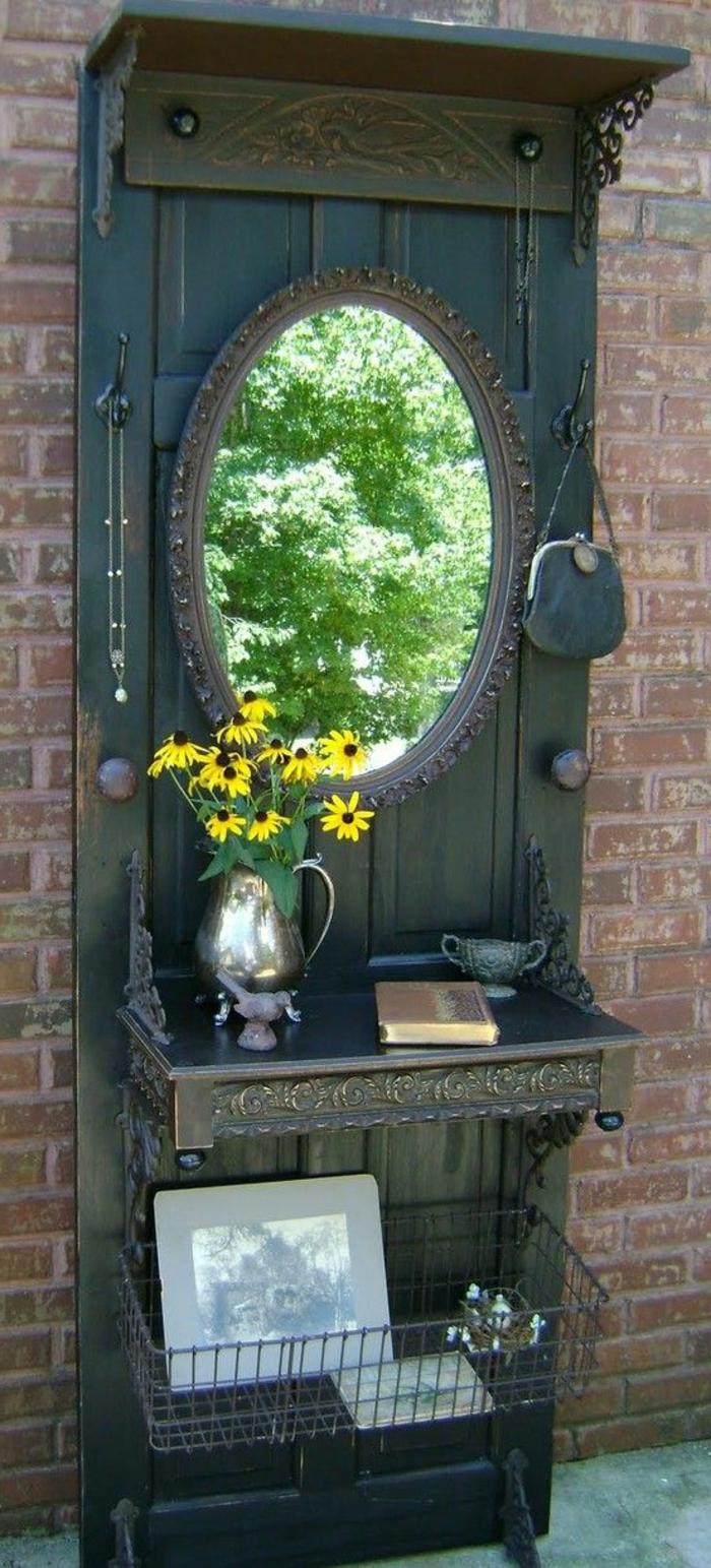 Alte-tür-deko-in-dem-garten-antiker-spiegel-vase-mit-gelben-blumen