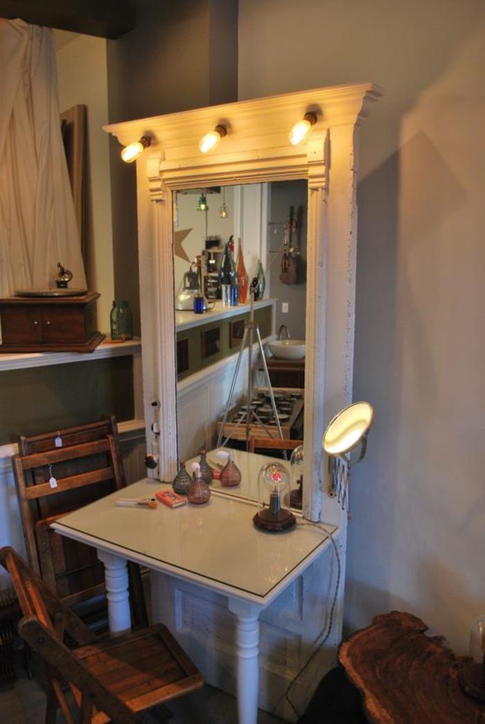Alte-türen-dekorieren-schmicktisch-mit-großem-spiegel-und-leuchten