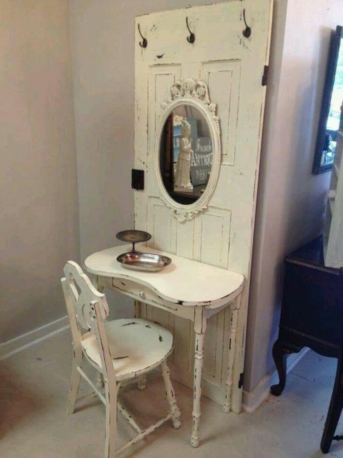Alte-türen-dekorieren-schminktisch-in-vintage-stil-mit-rundem-antiken-spiegel