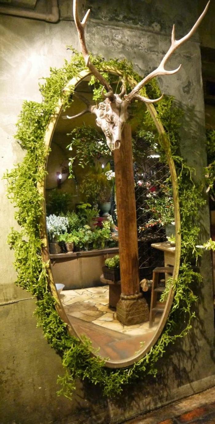 Deko-mit-moos-ein-spiegelrahmen-mit-grünen-pflanzen