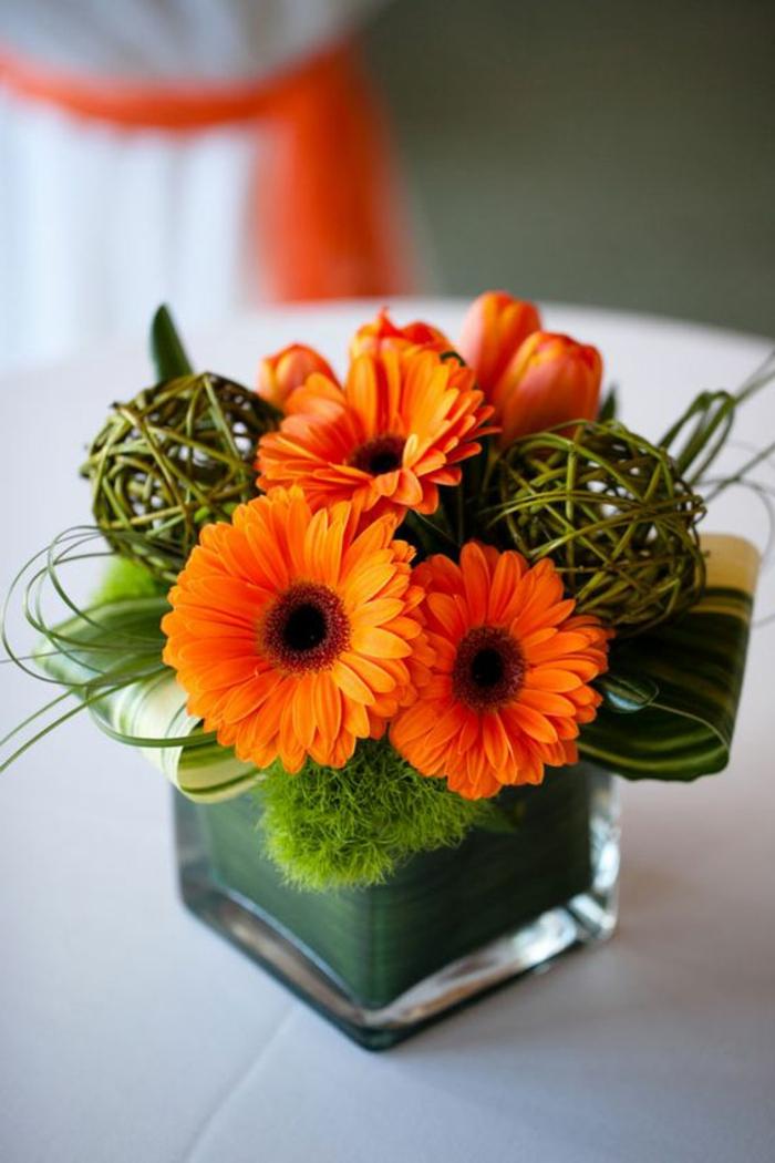 Deko-mit-moos-eine-vase-mit-moos-und-orange-blume