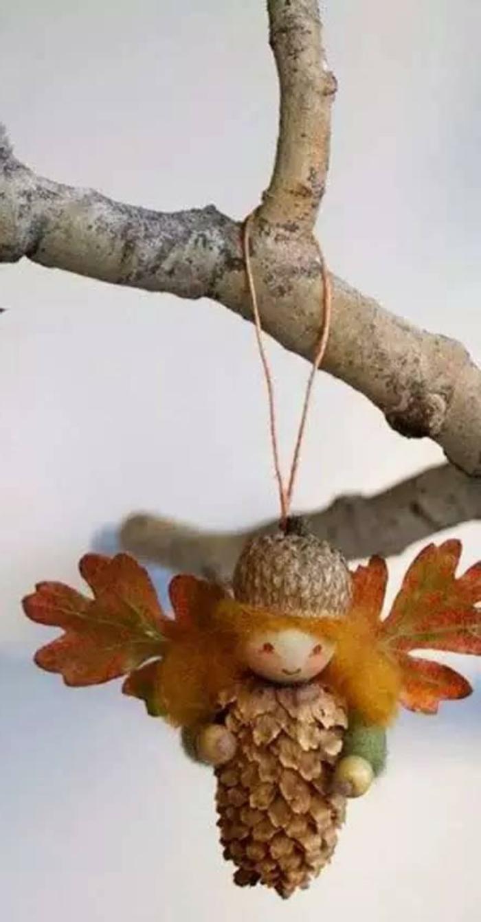 Deko-tannenzapfen-eine-niedliche-fee-mit-flügel-aus-laub