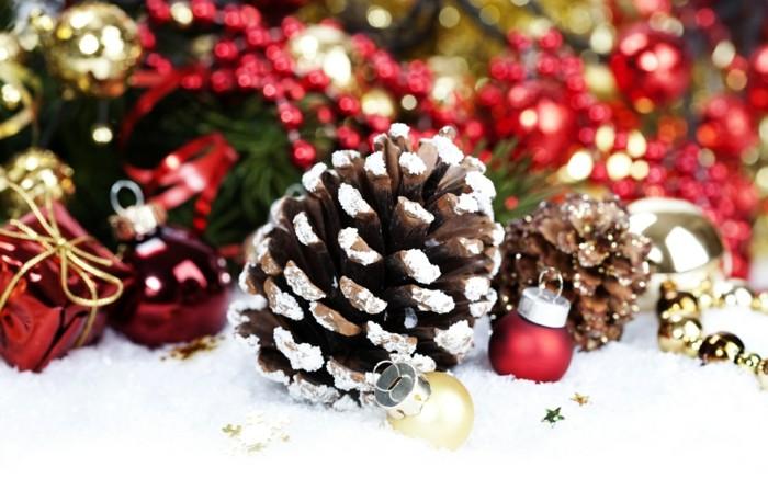 Deko-tannenzapfen-künstliche-schnee-kleine-geschenke-kugeln-und-girlande