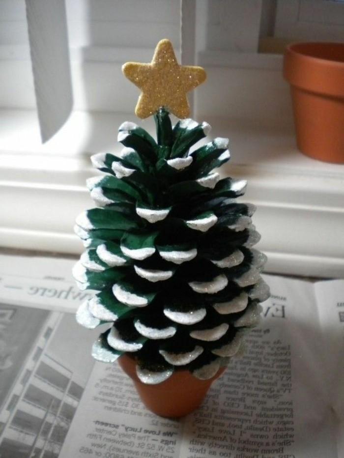 Deko-tannenzapfen-wie-grüner-weihnachtsbaum-mit-goldenem-stern-in-der-spitze