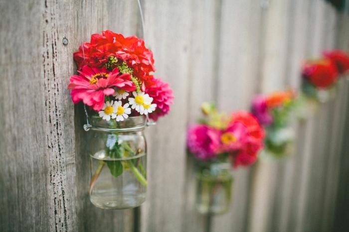 den Sichtschutz mit frischen Blumen dekorieren