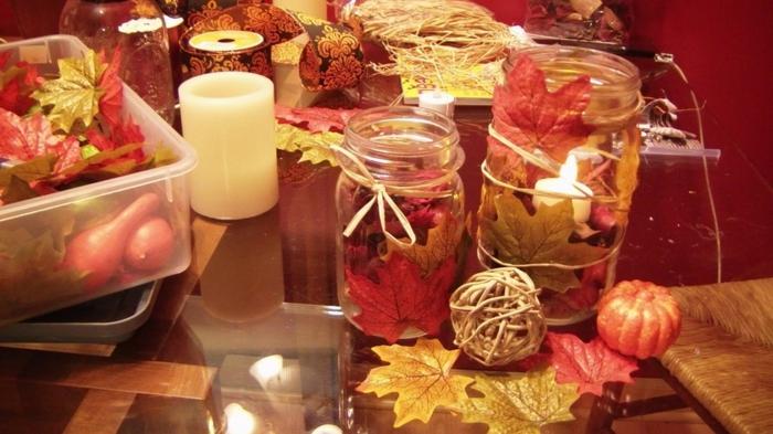 herbstliche Einweckgläser Deko mit bunter Laube und Kerzen