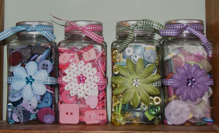 Einmachgläser Deko - Blumen, Knöpfe und Bänder in verschiedener Farbe für jedes Glas