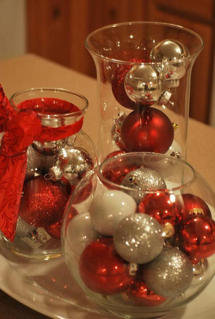 Gläser weihnachtlich dekorieren - bunte Kugeln in Rot, Weiß und Silber