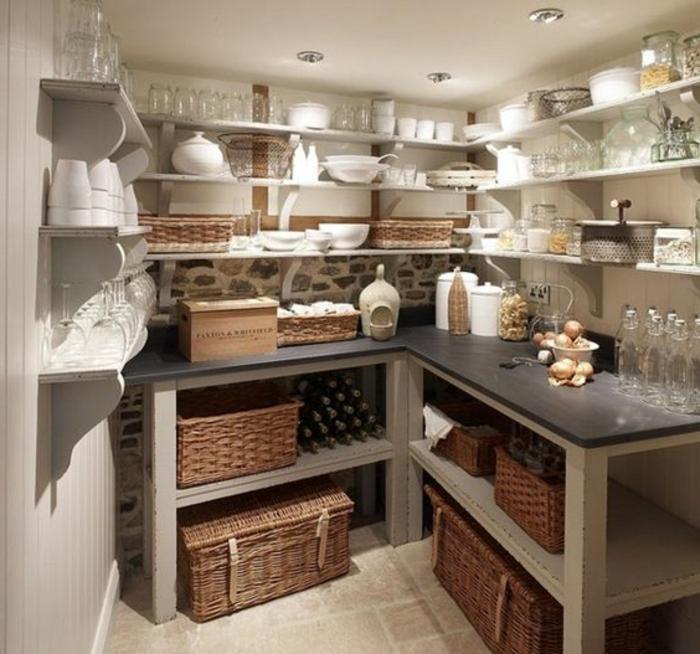 Keller oder Speisekammer ordnen Stauraum Regalfläche