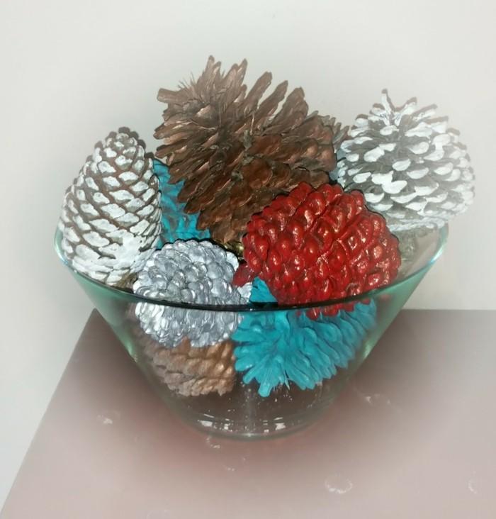 Große-tannenzapfen-verschiedene-farben-schale-aus-glas