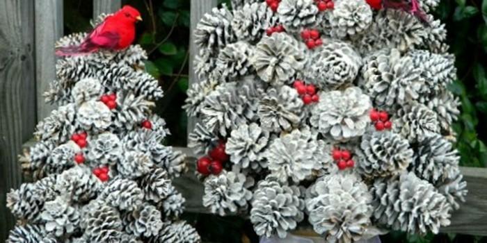 Tannenzapfen-deko-ein-tannenbaum-aus-silbernen-zapfen-rote-früchte-als-deko-rotes-vögelchen