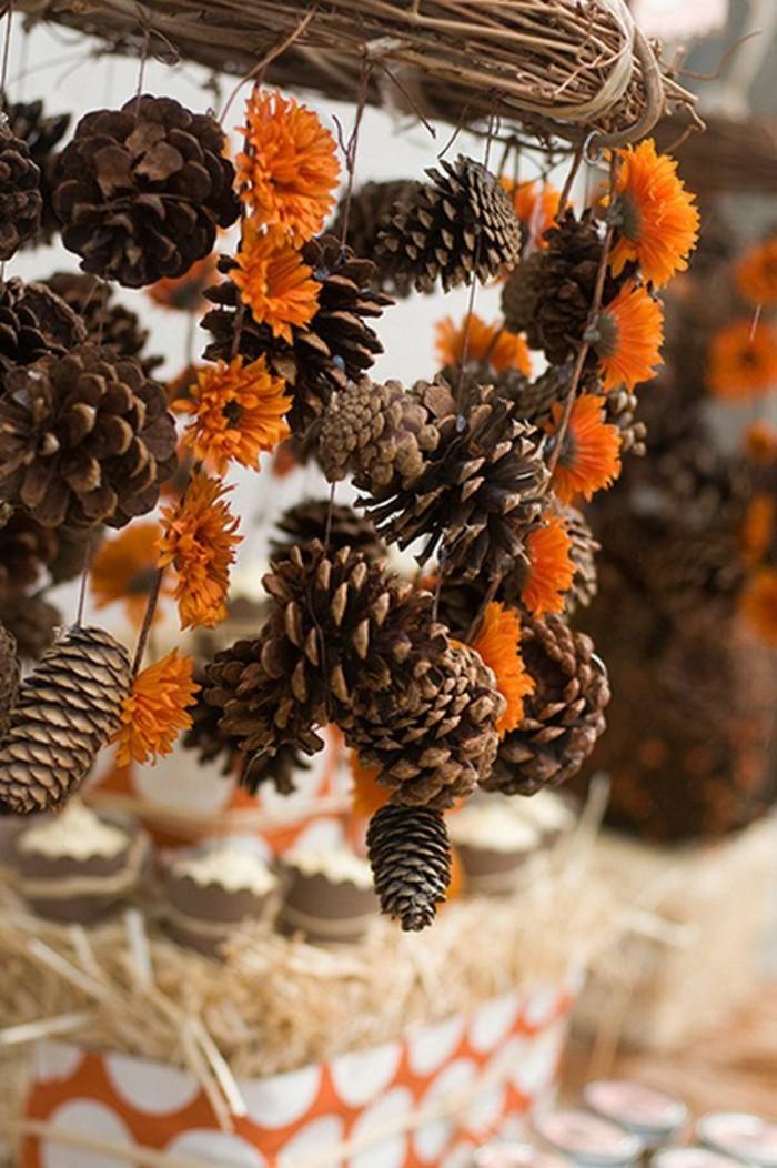 Tannenzapfen-deko-mit-hängenden-zapfen-und-orange-blumen