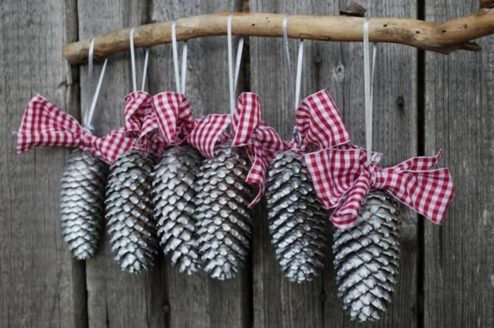 Tannenzapfen-deko-mit-rustikalen-bänder-silber-auf-zweig-gehängt