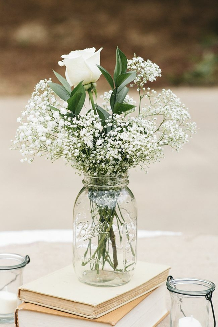 Weiße Blumen um die Gläser zu verzieren - Bücher, im Garten