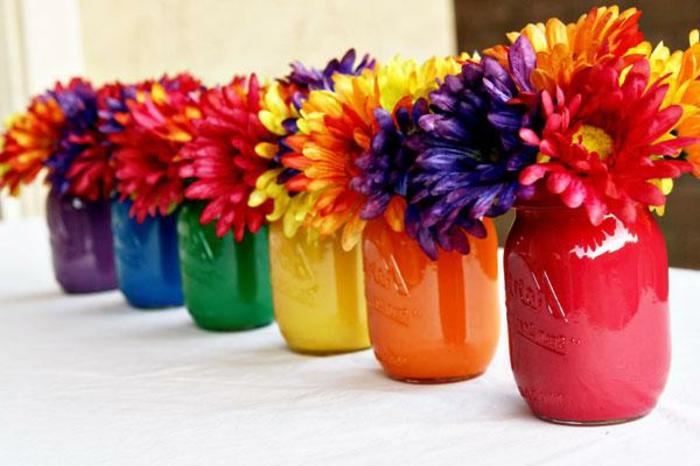 Frühlingsdeko mit Gläsern - viele Blumen in entsprechenden Farben