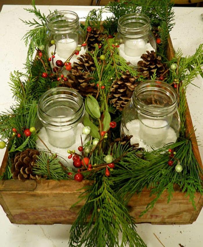 Gläser weihnachtlich dekorieren - Adventskranz mit Zweige und Kerzen in Gläsern