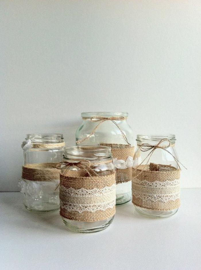 Marmeladen Gläser verzieren mit Sackleinen und Spitze umgehüllt