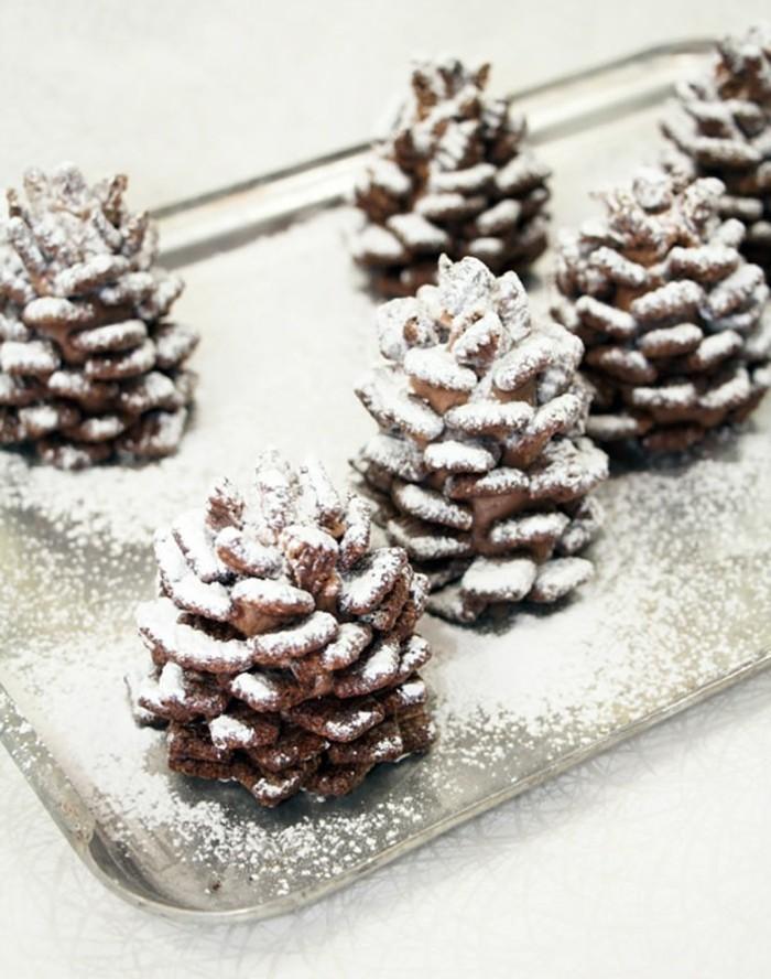 Weihnachtsdeko-mit-tannenzapfen-mit-künstlicher-schnee-auf-tafel