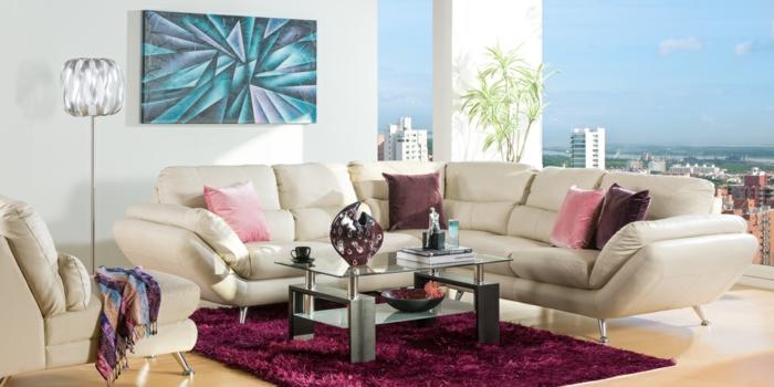 Wohnzimmer-großer-Fenster-rosa-Kissen-Lampe-abstraktes-Bild-Teppich-Pflanze-Dekorationen