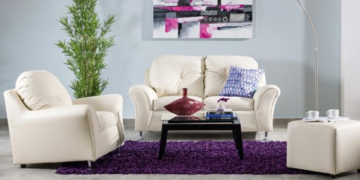 Wohnzimmer-lila-Teppich-abstrakts-Bild-Pflanze-kleiner-Tisch-Tassen-Vase-Bücher
