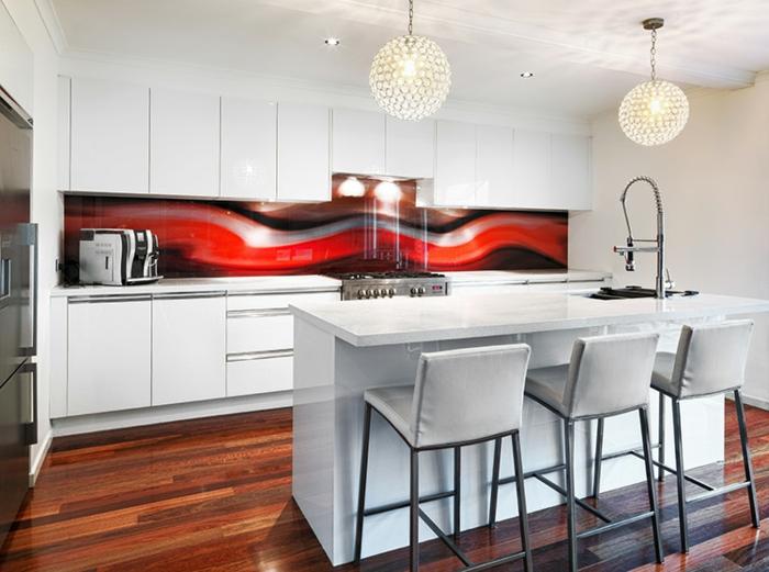 weiße küche mit abtrakter küchenrückwand in rot und schwarz