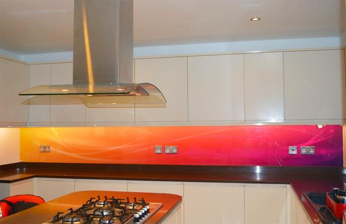 abstrakte küchenrückwand in rot und orange mit beleuchtung