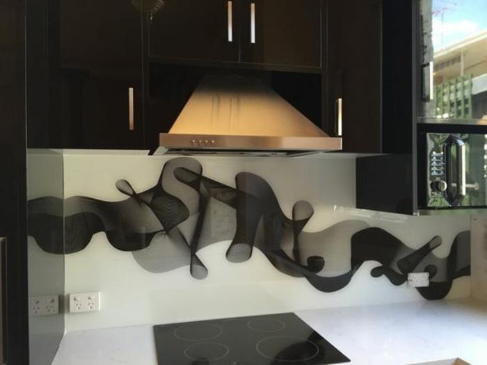 moderne schwarze küche mit abstrakter küchenrückwand