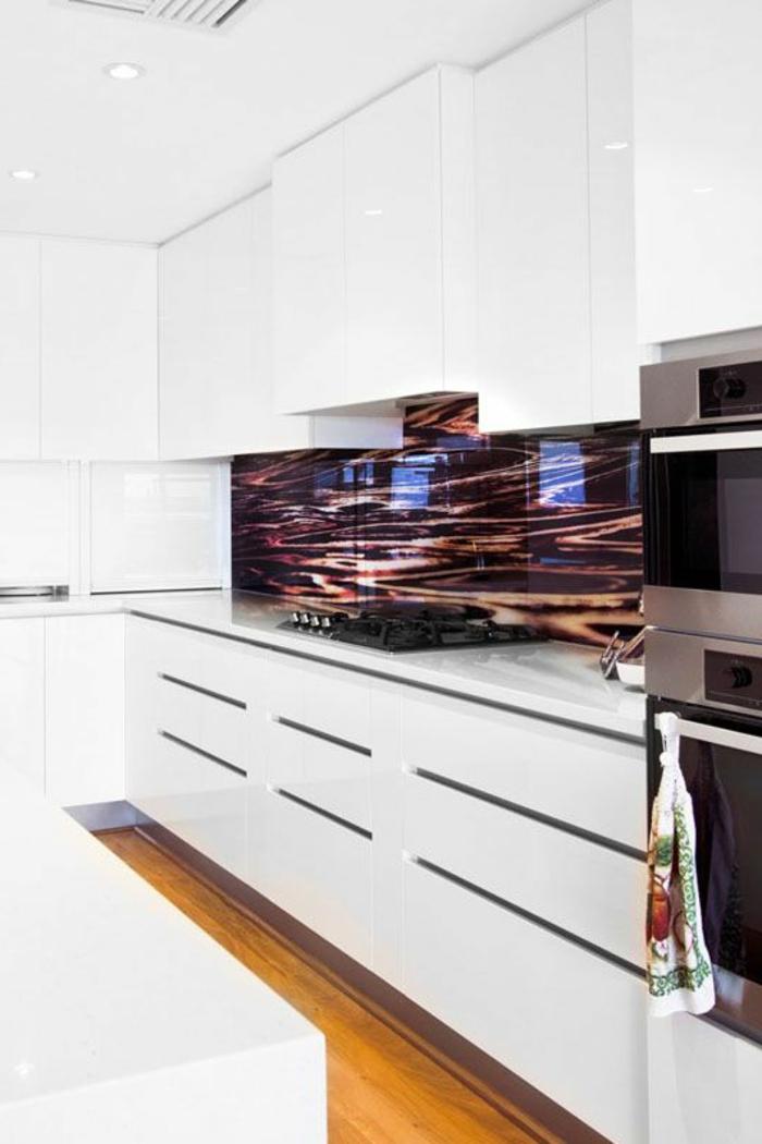küche mit abstrakter glasrückwand und weißen schränken