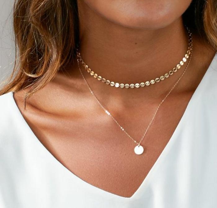 elegante frau mit zwei ketten an der hals weiße bluse pullover top stil im sommer