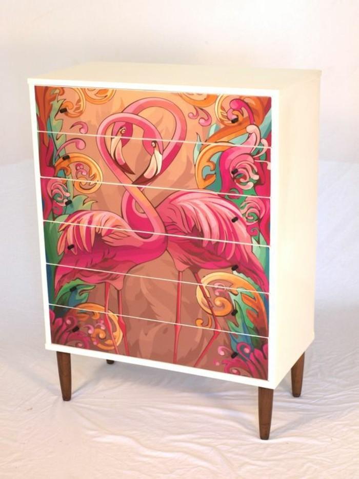 alte-möbel-aufpeppen-weier-schrank-mit-braunen-beinen-und-rosa-flamingos