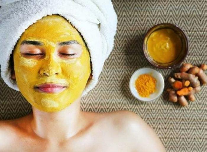 anti pickel masken diy machen maske selbstgemacht masken selber machen kurkuma und honig frau liegt mit hautmaske kurkuma