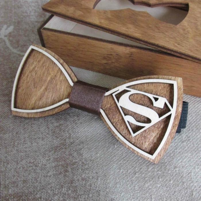 anzug-mit-fliege-hoelzerne-fliege-mit-dem-zeichen-von-superman-moderne-und-schoene-idee-fuer-die-garderobe