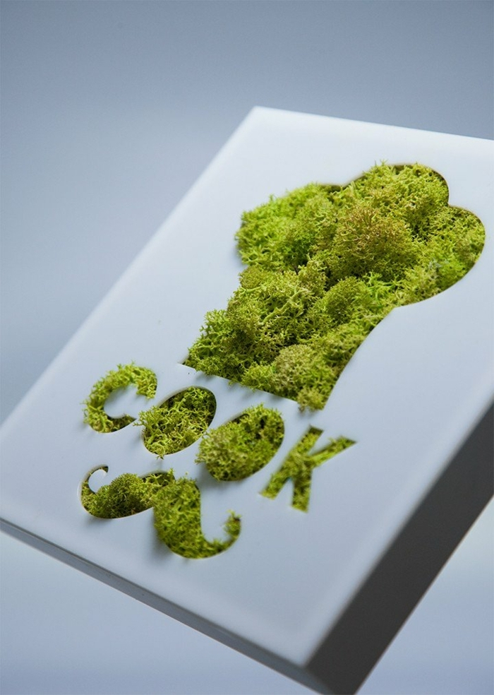 außergewöhnliche-deko-ein-kochbuch-verschönern-mit-schnurbart-aus-moos