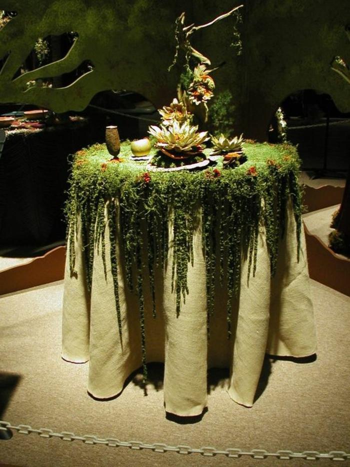 außergewöhnliche-deko-ein-tisch-mit-moos-gedeckt