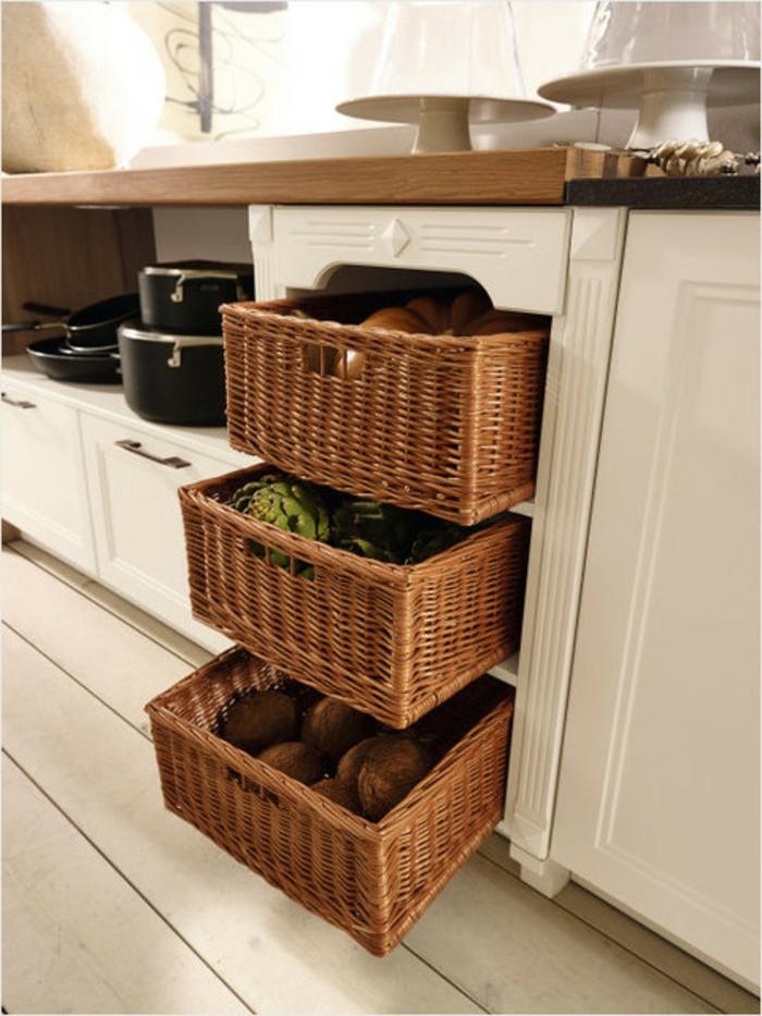 Gemüse richtig lagern in Speisekammer mit Behältern aus Rattan