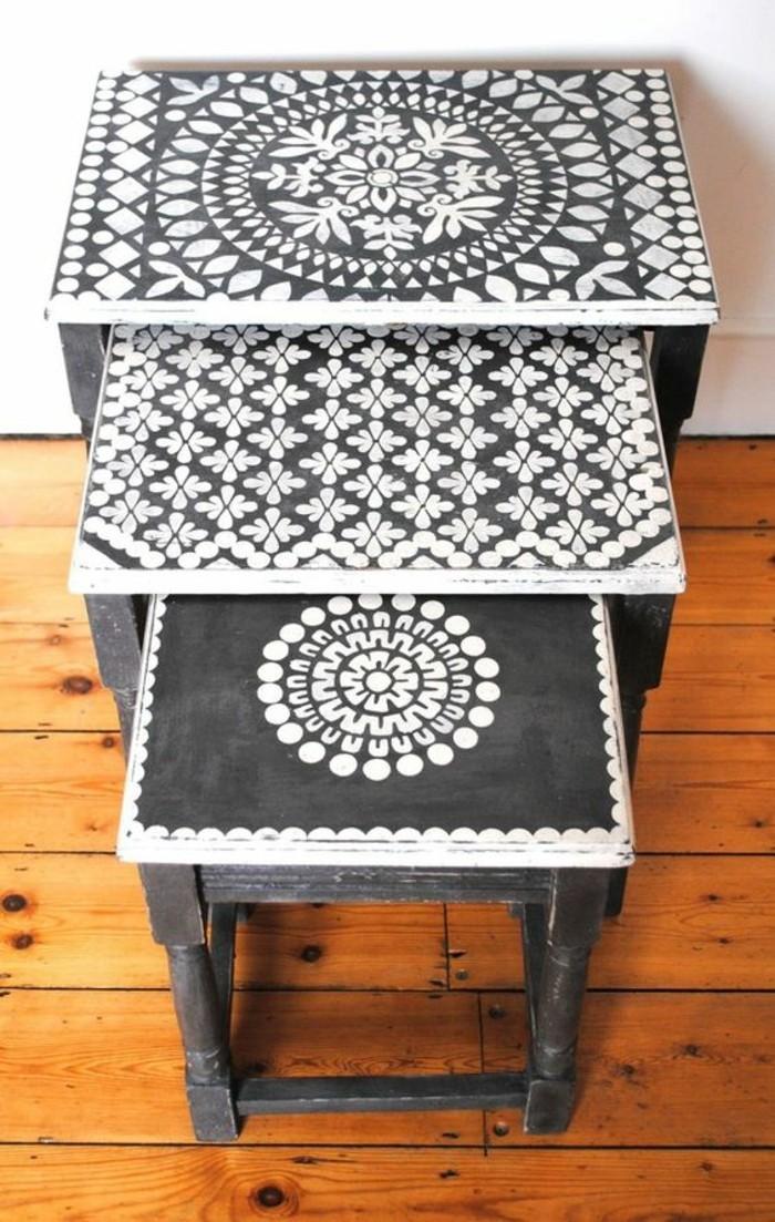 aus-alt-neu-machen-schwarze-eckige-tische-mit-weißen-elementen-boden-aus-holz