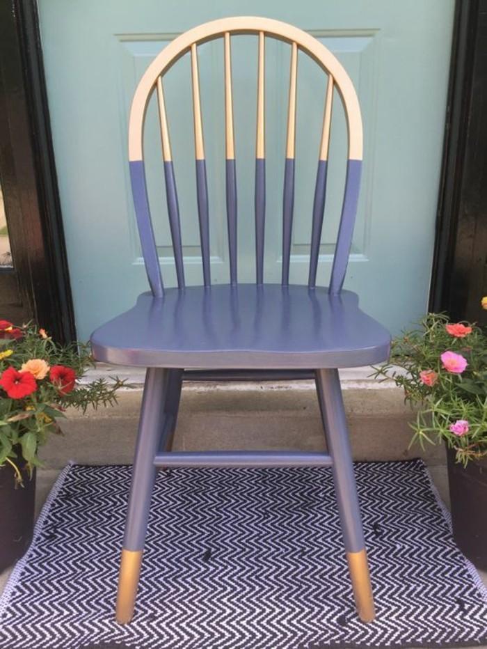 aus-alt-neu-machen-stuhl-in-lila-und-gold-bemalen-blumentöpfe-blumen-teppich