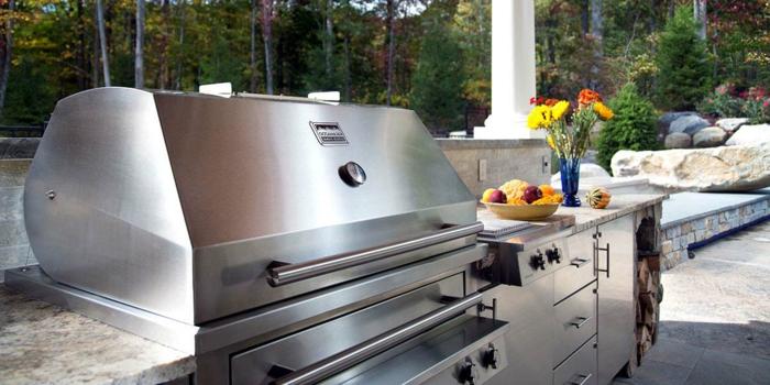 eine moderne Gartenküche mit gemauertem Grill