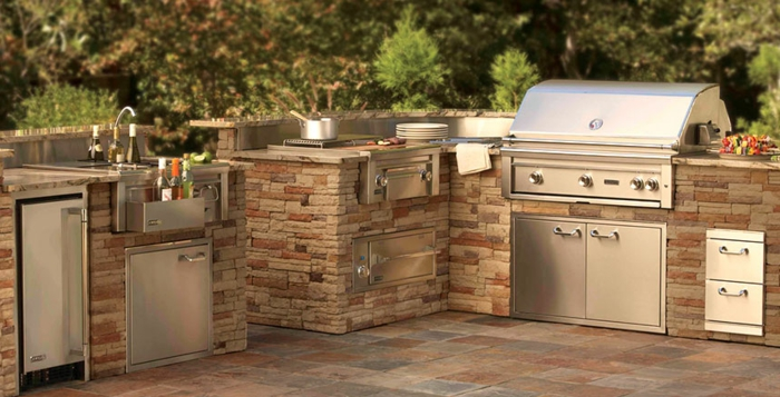 Grillküche mit Verkleidung aus Naturstein im Garten