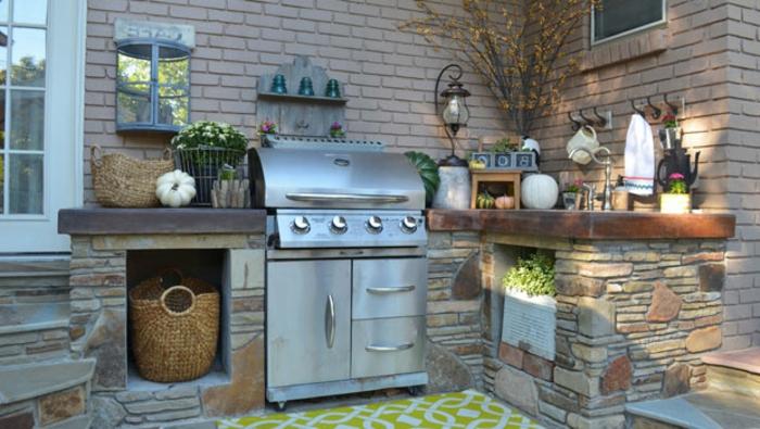 gemauerte Außenküche mit Grill und eingebauten Küchenregalen