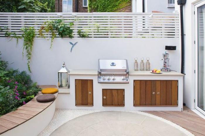 weiße Sommerküche mit ganz simpler Einrichtung