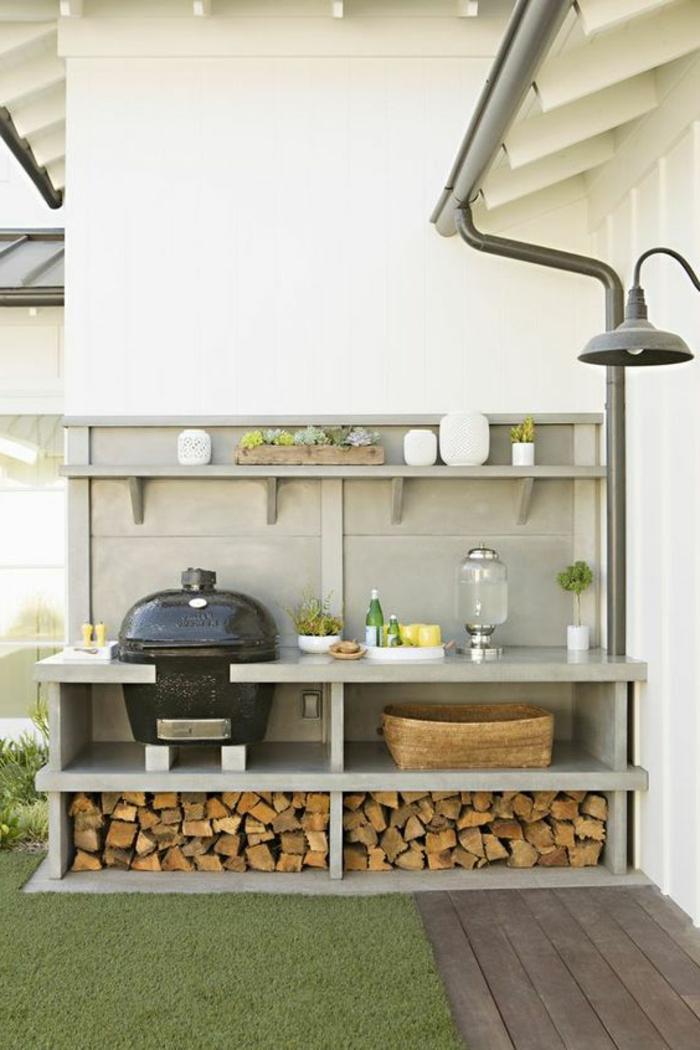 weiß eingerichtete Outdoorküche mit Regalen aus Marmor