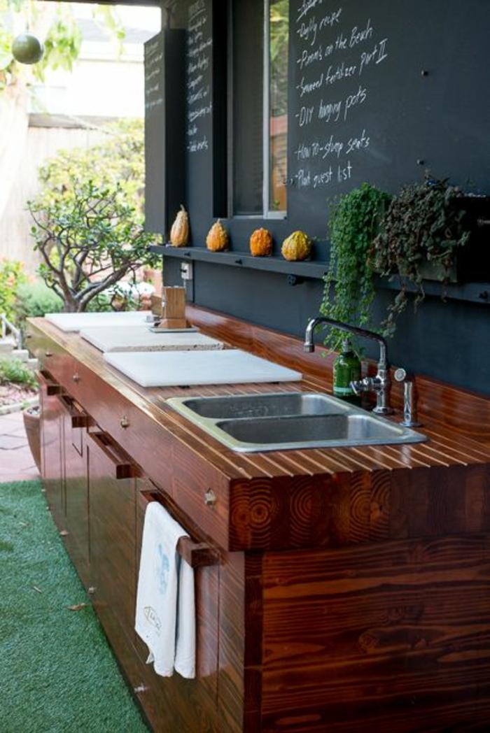 Außenküche mit einer schwarzen Tafel-Küchenrückwand