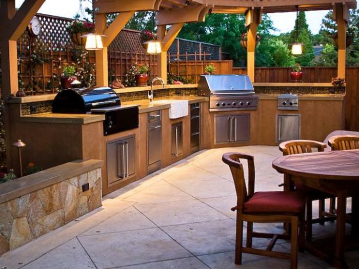 Grillküche unter freiem Himmel im Garten