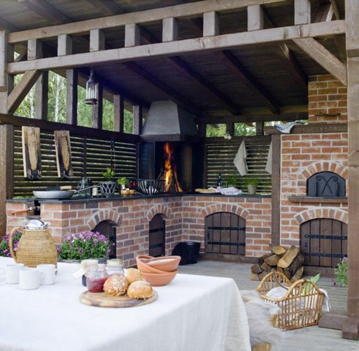 Outdoor Grillküche mit Schrägdach aus Holz