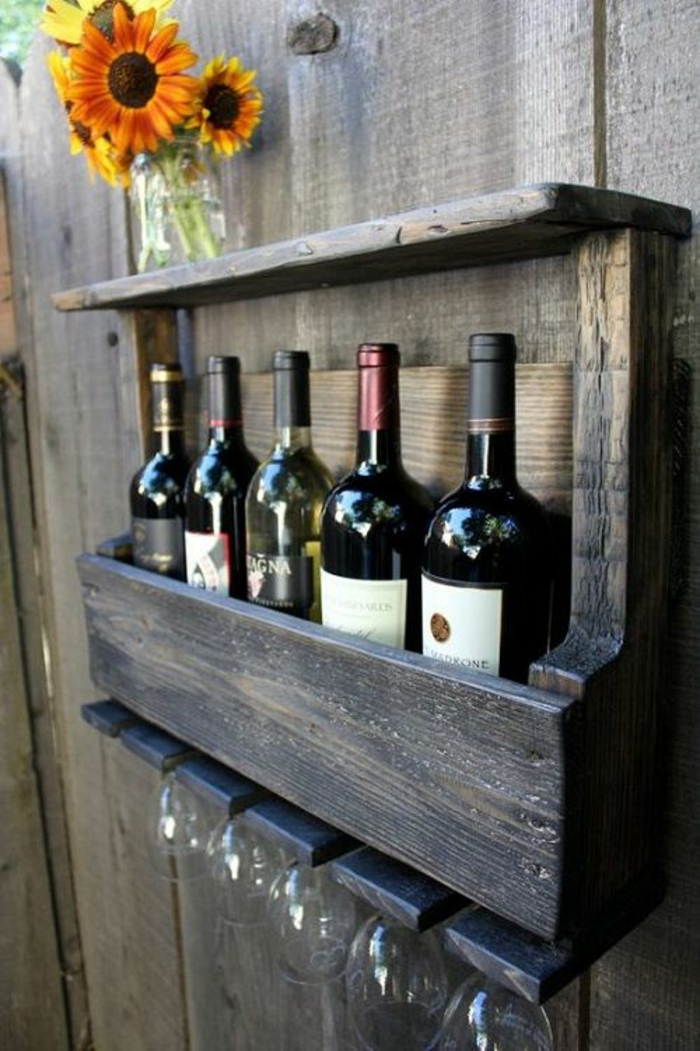 DIY Weinregal aus Holz mit Weingläser-Abteil